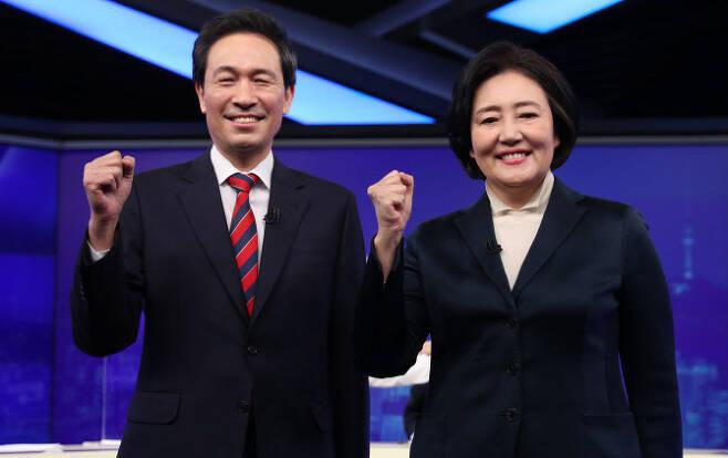 25일 밤 여의도 KBS에서 더불어민주당 후보 경선 토론회 전 박영선 후보와 우상호 후보가 포즈를 취하고 있다. (사진=국회사진기자단)