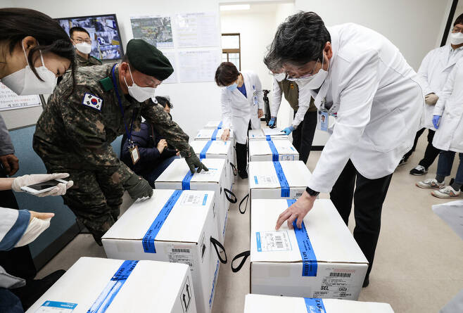 26일 국립중앙의료원에 배송된 화이자 백신을 군과 의료진들이 점검하고 있다. 국립중앙의료원 제공