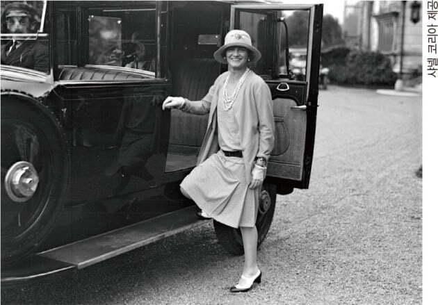 1928년 저지 슈트를 입고 자동차 옆에 서 있는 샤넬 /샤넬 코리아 제공