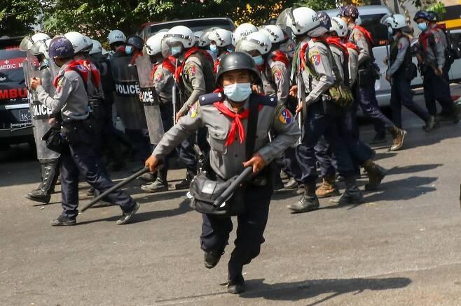 양곤 시내 시위대를 향해 경찰봉을 들고 달려오는 경찰. 2021.2.26 [트위터 캡처. 재판매 및 DB 금지]