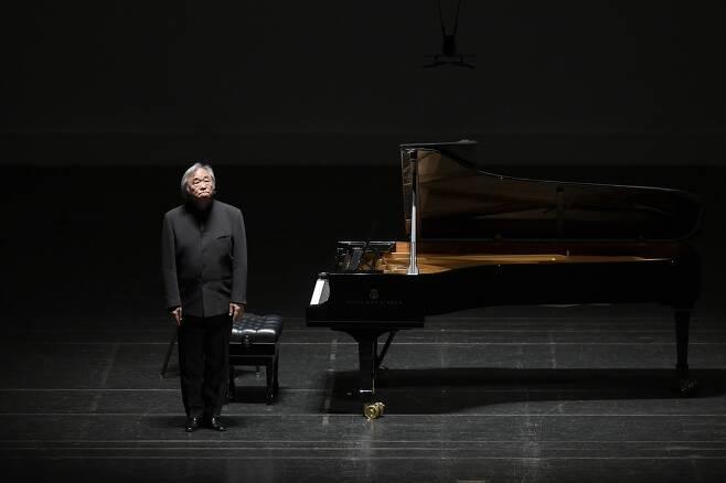 관객들에게 인사하는 백건우 피아니스트 백건우가 26일 대전예술의전당에서 열린 공연 후 관객들에게 인사하고 있다. [대전예술의전당 제공, 재판매 및 DB 금지]