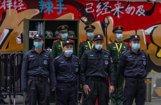 중국 춘제(우리의 설) 연휴기간인 15일 경찰과 군인들이 시민과 관광객이 오가는 상하이의 거리에서 줄맞춰 도열한 채 행인들의 움직임을 주시하고 있다. 상하이=EPA 연합뉴스