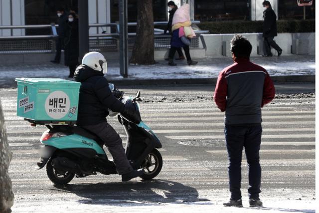 7일 서울 종로구청 앞에서 배달 노동자가 도로를 주행하고 있다. 뉴스1