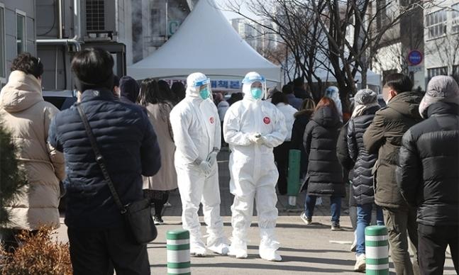 지난 17일 경기도 남양주시 진건읍 진관산업단지에서 근로자들이 신종 코로나바이러스 감염증(코로나19) 검사를 위해 줄지어 대기하고 있다. 연합뉴스