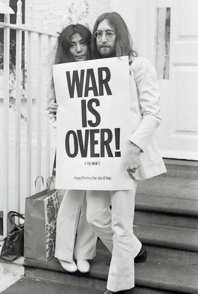 1969년 반전 캠페인 피켓을 든 존 레논과 오노요코.