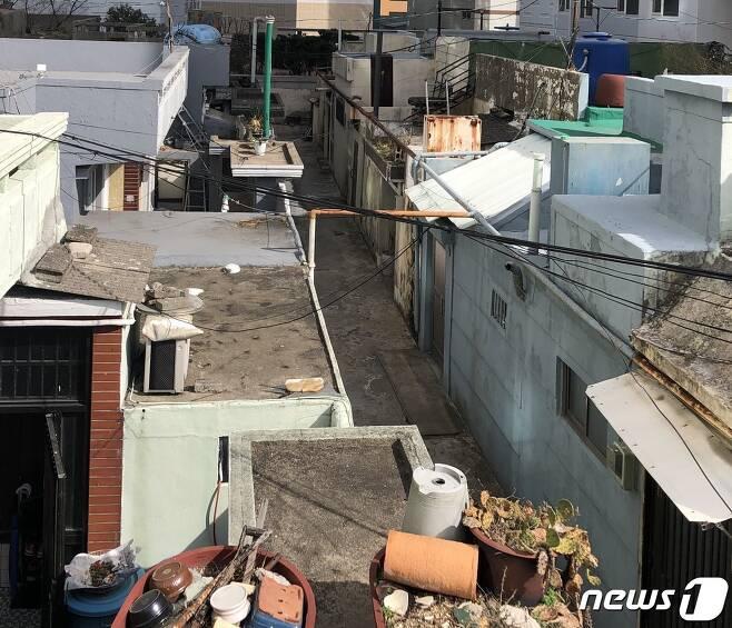 부산 부산진구 범천동 한 건물 3층 옥상에 주택들이 모여 옥상마을을 이루고 있다.2021.3.2 /© 뉴스1 백창훈 기자