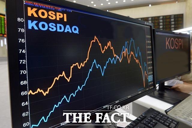3일 한국거래소에 따르면 연기금은 올해 들어 지난 2일까지 코스피·코스닥 주식 13조 원 가량을 팔아치웠다. /더팩트 DB