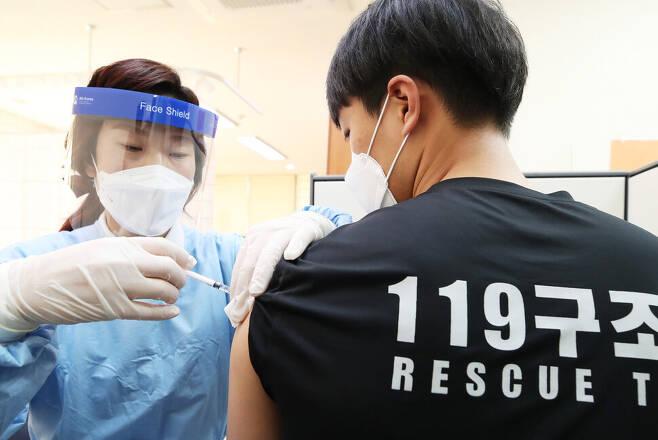 3일 오전 경기도 여주시보건소에서 여주소방서 119 구급대원이 코로나19 아스트라제네카(AZ) 백신 접종을 받고 있다. 연합뉴스