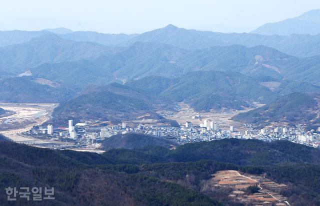 대암산 정상에서 북측으로 거친 산줄기 사이에 자리 잡은 합천 읍내와 황강의 모습이 내려다보인다.