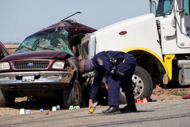2일 미국 캘리포니아주 임페리얼 카운티 홀트빌 인근 국도에서 대형 트레일러 트럭과 충돌한 스포츠유틸리티차량(SUV) 옆면이 움푹 찌그러졌다. 홀트빌=로이터 연합뉴스
