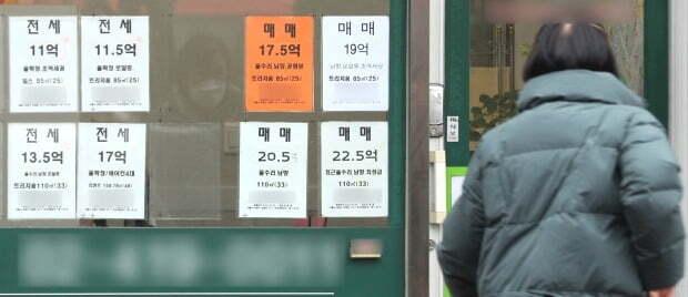 서울시내 한 부동산 공인중개사 사무소에 매물관련 정보가 붙어있다. /뉴스1