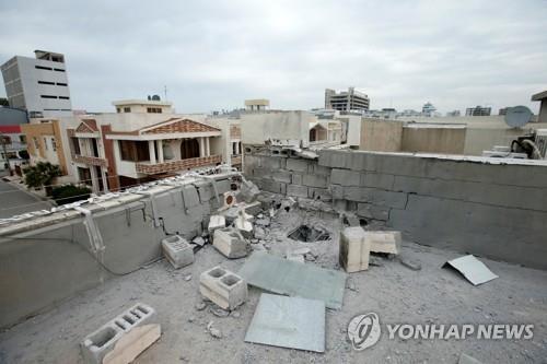 지난 달 15일(현지시간) 이라크 북부 쿠르드자치지역 에르빌에 있는 미군기지를 겨냥해 발생한 로켓포 공격으로 손상된 건물 지붕 모습 [로이터=연합뉴스]