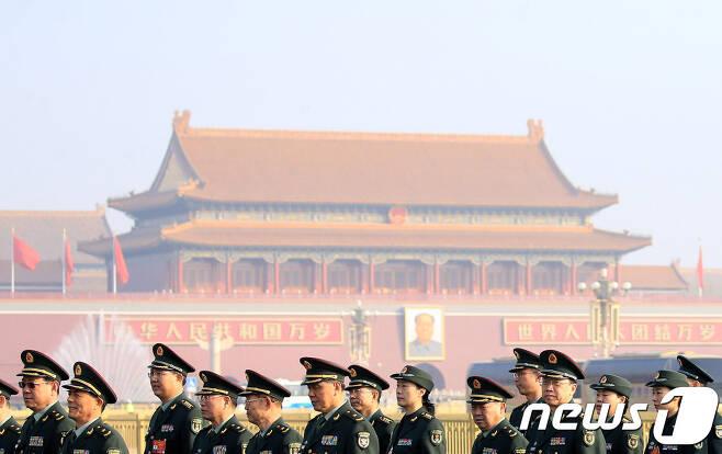 4일(현지시간) 전국인민정치협상회의(정협) 개막식이 열리는 베이징 인민대회당에 군 대표단이 도착하고 있다. 중국의 최대 정치행사인 양회의 시작을 알리는 정협 전국위원회 회의에 이어 전인대 연례회의는 5일 개막한다. © 로이터=뉴스1 © News1 우동명 기자