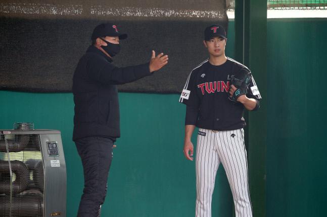 선동열 전 국가대표팀 감독이 지난달 14일 이천챔피언스파크에서 불펜피칭을 마친 이정용에게 조언을 건네고 있다. | LG 트윈스 제공
