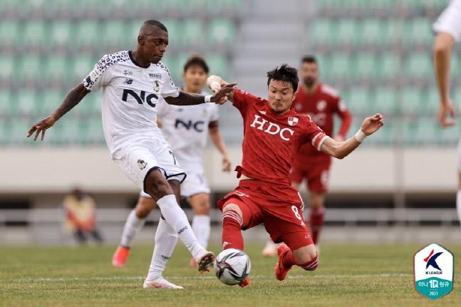 서울 이랜드의 레안드로가 28일 부산 아이파크와의 K리그2 개막전 원정경기에서 슛을 시도하고 있다.제공 | 프로축구연맹