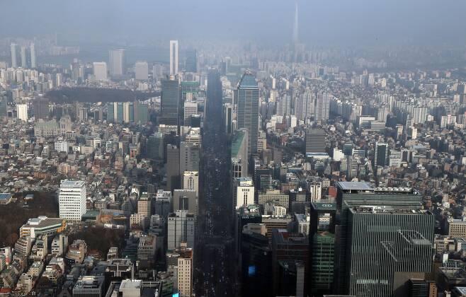 2020년 1월 23일 오후 경찰청 헬기에서 내려다본 서울 테헤란로의 모습 삼성 본사(오른쪽 아래)와 롯데월드타워의 모습이 보인다./장련성 기자