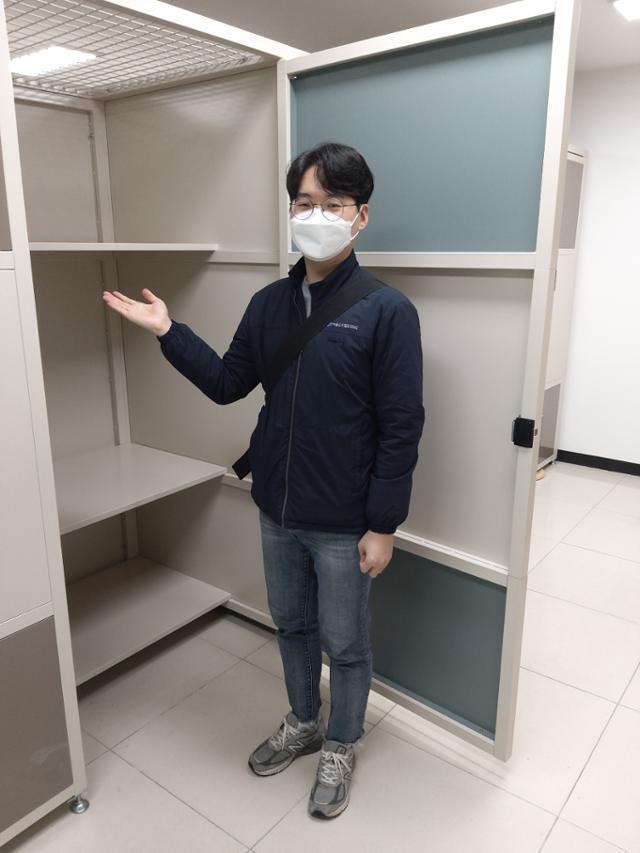 서울교통공사ENG 물류운영단 공대영 주임이 2일 이수역 '또타스토리지'에서 룸형 개인형 창고를 보여주고 있다. 룸형은 선반을 치우면 냉장고도 보관할 수 있을 정도로 공간이 크다. 박민식 기자