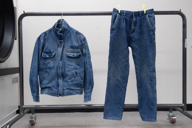 세탁을 마친 후 깨끗해진 노동자의 작업복. 까만 기름때가 말끔히 지워졌다.