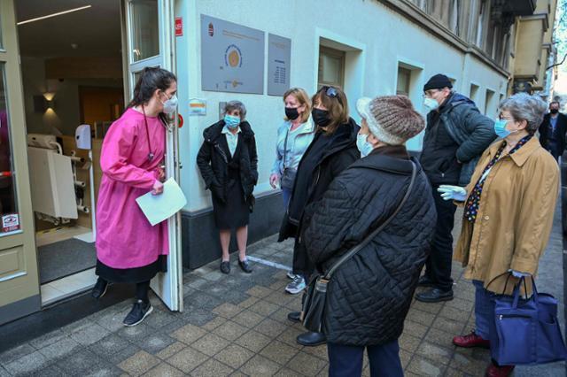 중국 국영제약사 시노팜이 개발한 코로나19 백신을 유럽연합(EU) 회원국 중 최초로 도입한 헝가리의 부다페스트에서 지난달 25일 시민들이 백신 접종을 위해 기다리고 있다. 부다페스트=AFP 연합뉴스