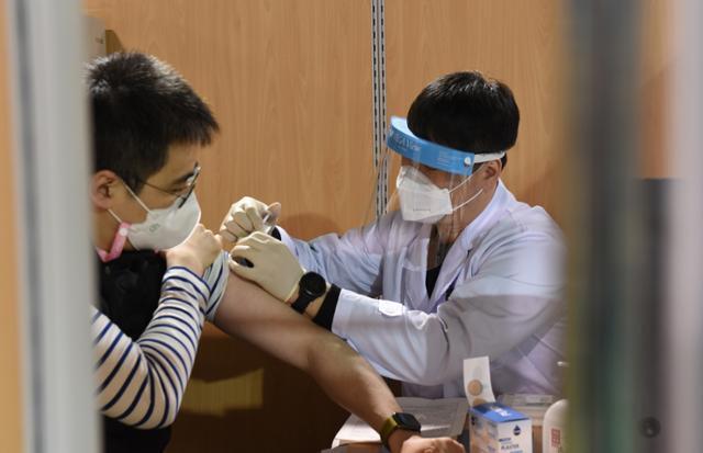지역 권역별 화이자 백신 접종 시작 첫날인 3일 오전 충남 천안 중부권역 코로나19 예방접종센터에서 의료진이 화이자 백신을 접종받고 있다. 천안=뉴스1