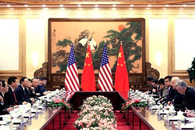 조 바이든(오른쪽 두 번째) 미국 대통령이 부통령 재임 중이던 2013년 12월 4일 중국 베이징 인민대회당에서 시진핑(왼쪽 세 번째) 국가주석과 회담을 하고 있다. 베이징=AP 연합뉴스
