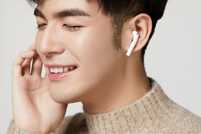 이어폰으로 큰 소리를 오래 들으면 청력에 악영향을 준다./클립아트코리아
