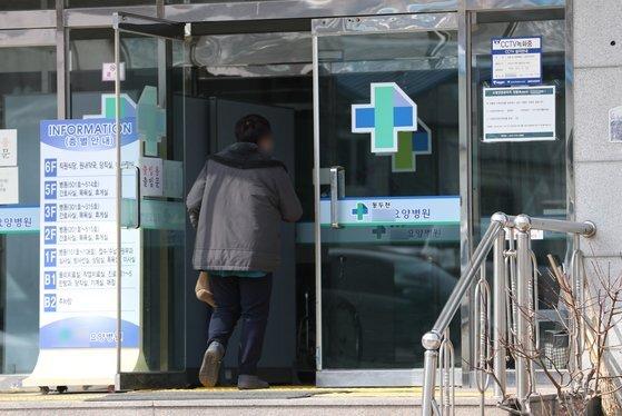 3일 오후 운영진 가족에게 부정하게 백신을 접종했다는 의혹을 받는 경기도 동두천시의 요양병원 모습. 뉴스1
