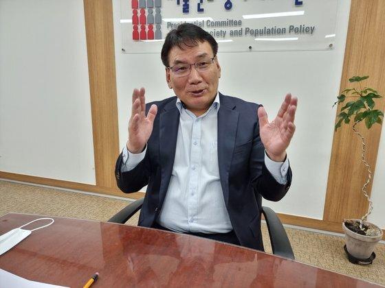 서형수 저출산고령사회위원회 부위원장이 2일 중앙일보 인터뷰에 응하고 있다. 신성식 기자