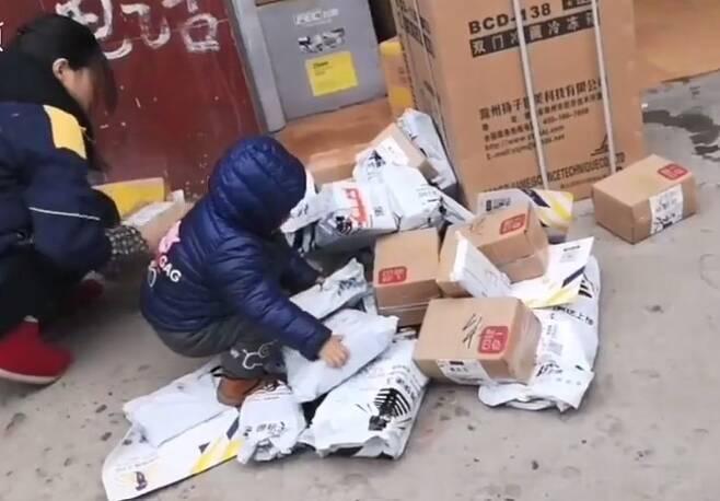 2019년 3월 화제가 된 '아기 동반 택배 배송' 영상 [출처 : 동영상플랫폼 리시핑]