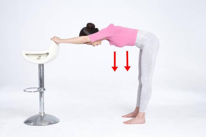 허리 근육을 강화하는 `기역자` 스트레칭.