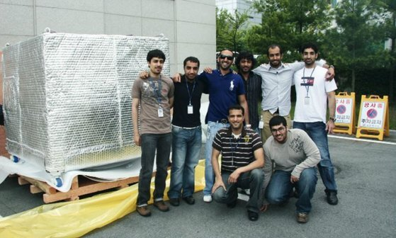 UAE 젊은 과학도들이 한국 유학 생활 중 모였다. 이들은 한국의 위성 제작 기업 쎄트렉아이와 KAIST에서 수학했다. 사진 MBRSC