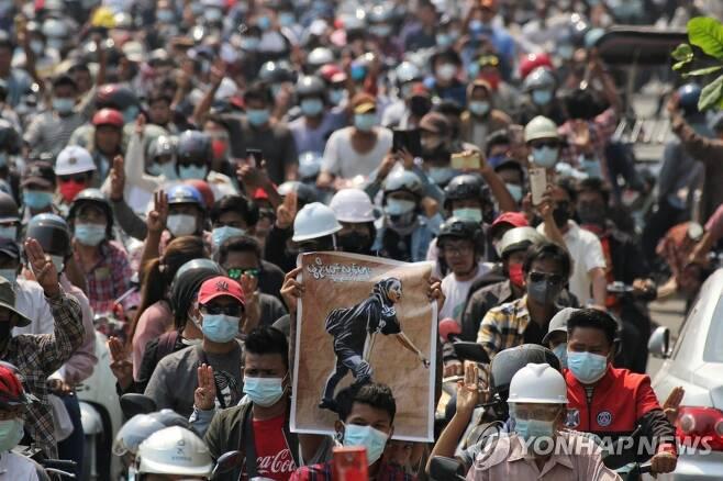 피살 10대 시위 여성 장례식 참석한 미얀마 시민 [만달레이 로이터=연합뉴스 자료 사진]
