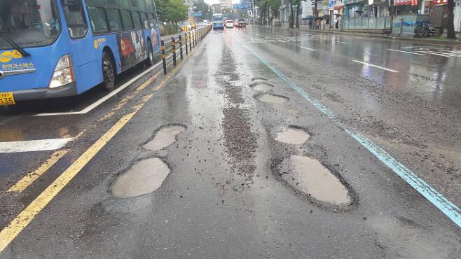 도로가 깊게 파인 곳을 일컫는 '포트홀'은 주행 중인 자동차의 타이어 펑크나 차량 하부 손상으로 이어질 수 있어 '도로 위 지뢰'로 불린다. 경향신문 자료사진