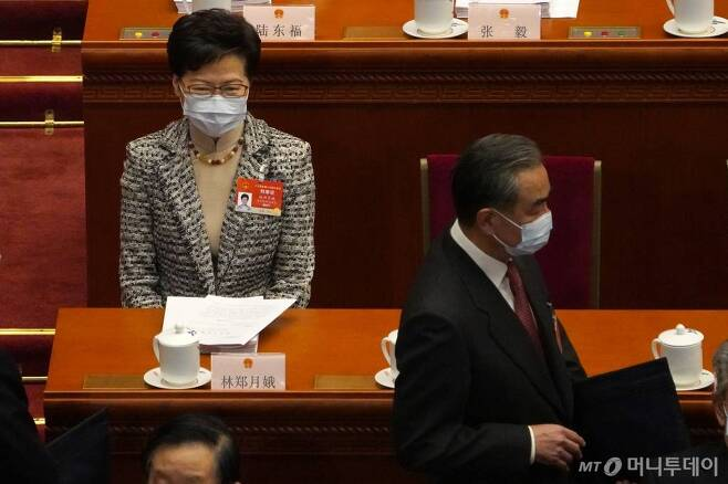 [베이징=AP/뉴시스]캐리람 홍콩 행정장관이 5일 중국 베이징 인민대회당에서 열린 제13기 전국인민대표대회(NPC, 전인대) 개막식에 참석해 앉아 있다. 2021.03.05.