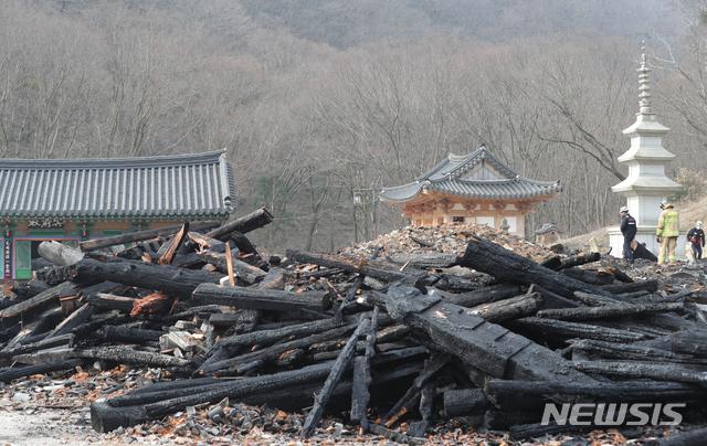 [정읍=뉴시스] 김얼 기자 = 전북 정읍시 내장사 대웅전이 한 승려의 방화로 전소된 6일 대웅전의 잔해가 덩그러니 놓여 있다. 2021.03.06. pmkeul@newsis.com