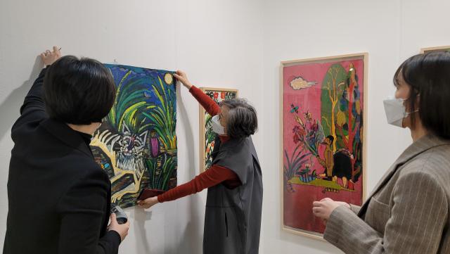 3~7일 코엑스에서 열린 화랑미술제에 참가한 한 갤러리스트가 판매된 작품의 빈 벽을 새 그림으로 채우는 중이다.