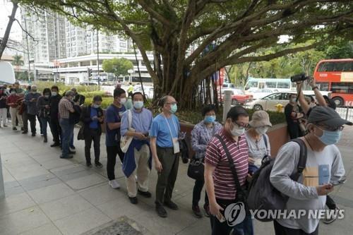 홍콩에서 코로나19 백신 접종이 시작된 2월 26일 접종 센터 앞에 사람들이 길게 줄을 선 모습. [AP=연합뉴스]