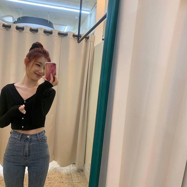 ITZY (ITZY) member Chaeryeong shared a routine to fans.On March 11, Chaeryeong released several photos on the ITZY Instagram account, saying, My favorite V-neck shit head.In the photo, Chaeryeong showed off her figure in cardigan and skinny jeans fashion, followed by a cute look with a fat face and a playful look.On the other hand, ITZY, which debuts on February 12, 2019, is a five-member girl group, and has been loved by many as a continuous hit for each album, including Dallalala, ICY, WANNABE and Not Shiy.Recently, it released its own entertainment content [CSI] Codename: Secret ITZY through the official YouTube channel.