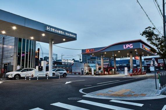 SK가스가 지난해 인천 논현동에 오픈한 에코스테이션 1호점은 기존 LPG충전 시설외에 수소 충전시설을 더하고 프리미엄 셀프세차장 워시홀릭파크, 첨단 무인 CU편의점 등 복합시설을 확충했다. SK가스 제공