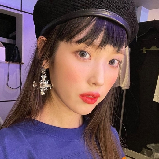 IU wrote on Instagram on the 15th, Huh? My Eyebrow wrote down and posted a picture. It seems to be a photo shoot scene.The long-haired IU, with its partial dye, is dressed in a colorful pattern blouse with a beret, with extraordinary makeup, including red lipstick and blurry Eyebrow.In another photo, she is dressed in a green short-sleeved T-shirt, and the dreamy charm of the IU stands out.IU will make a comeback with its regular fifth album, LILAC (Lilac); released on Saturday.copyright holder c