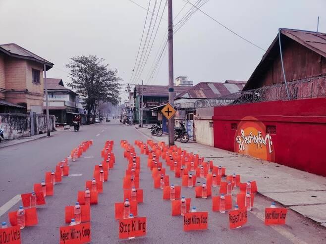 '버마의 봄 혁명' 그라피티와 빨간카드 무인 시위 [트위터 @PhaungP89369290·재판매 및 DB 금지]
