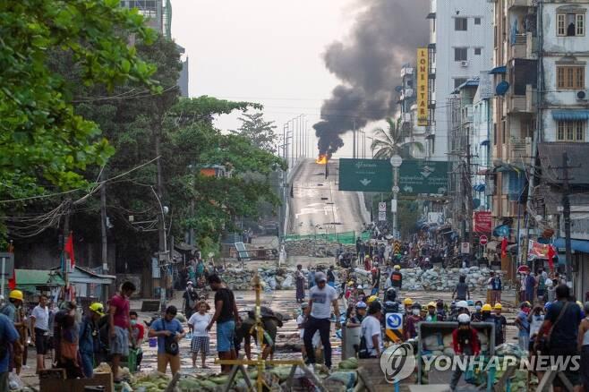 전쟁터 방불케 하는 미얀마 쿠데타 규탄 시위 현장 [양곤 로이터=연합뉴스 자료 사진]