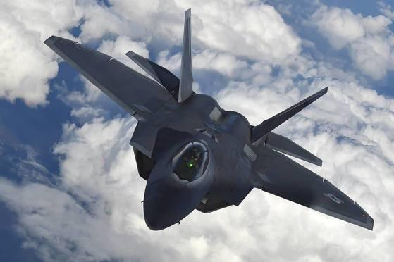 현재 가장 앞선 기술이 적용됐다고 평가 받는 미 공군 스텔스 전투기 'F-22 랩터' [사진 로이터]