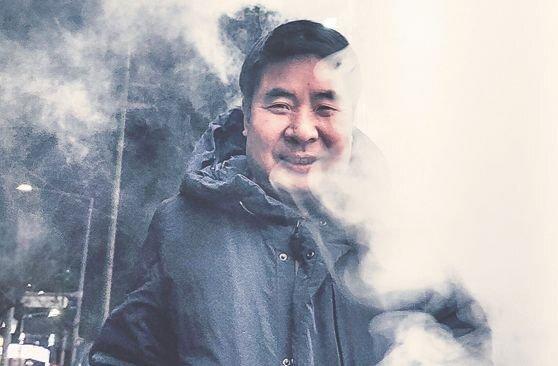 한·중·일의 같은듯 다른 만두문화를 분석한 책 『만두』를 출간한 박정배 음식평론가. 만두 찜통 앞에서 포즈를 취했다. 권혁재 사진전문기자