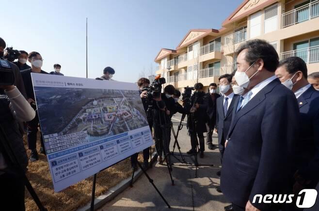 이낙연 더불어민주당 대표가 지난달 전남 나주시에 위치한 한전공대 부지를 찾아 한국전력공사 관계자의 한전공대 사업계획을 듣고 있다./사진=뉴스1