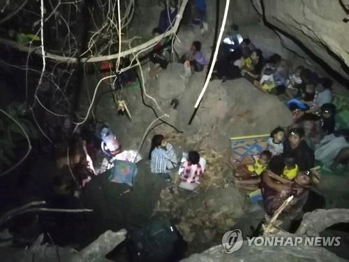 미얀마군 공습을 피해 정글에 숨은 카렌족 마을 주민들. 2021.3.27 [프리 버마 레인저스/AFP=연합뉴스]