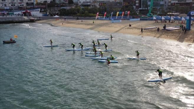 광안리 해수욕장에서 SUP 레저를 즐기는 관광객들. /사진=수영구
