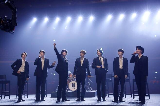 BTS, 텅 빈 공연장에서 '다이너마이트'를 (서울=연합뉴스) 그룹 방탄소년단(BTS)이 신종 코로나바이러스 감염증(코로나19)으로 타격을 입은 음악인들을 돕기 위해 그래미 주간의 자선 공연 무대에 섰다. 방탄소년단은 12일(현지시간) 열린 미국 레코딩 아카데미의 자선단체 뮤직케어스(MusicCares)의 온라인 자선 공연 '뮤직 온 어 미션'(Music On A Mission)에서 히트곡 '다이너마이트'를 선보였다. 텅 빈 공연장을 배경으로 한 이 공연은 사전에 촬영한 것으로 알려졌다. 사진은 '뮤직 온 어 미션' 무대에 선 그룹 방탄소년단(BTS). 2021.3.13 [빅히트엔터테인먼트 제공. 재판매 및 DB 금지] photo@yna.co.kr
