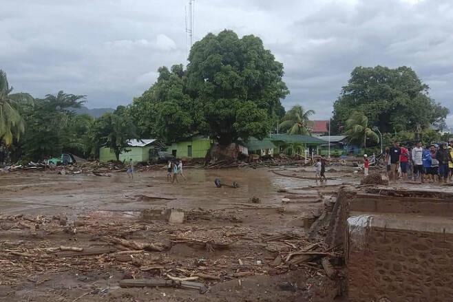 4일 인도네시아  소순다열도 동플로레스에 산사태가 발생해 일부 주택이 파괴돼  있다. 동플로레스  AP연합뉴스