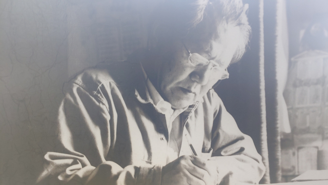 ▲ 통영 윤이상기념관에 전시되어 있는, 작곡 중인 윤이상의 모습이 담긴 사진 ⓒ손호철